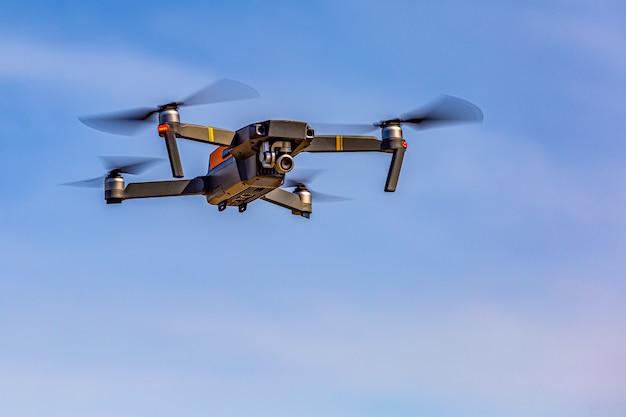 Dron rejestruje obraz pod dużym kątem Premium Zdjęcia