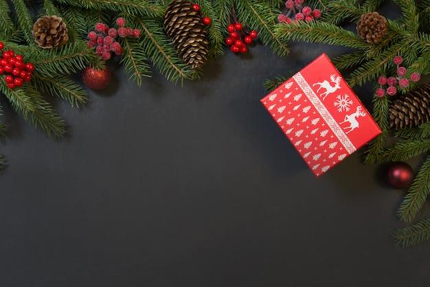 Drzewo, prezenty, holly jagody i ozdoba na czarno. Premium Zdjęcia