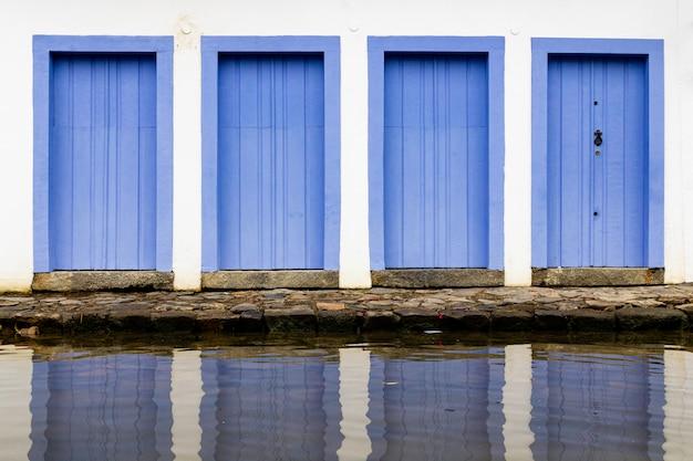 Drzwi i okna w centrum w paraty, rio de janeiro, brazylia. paraty to zachowana portugalska gmina kolonialna i brazylijska imperium. Premium Zdjęcia