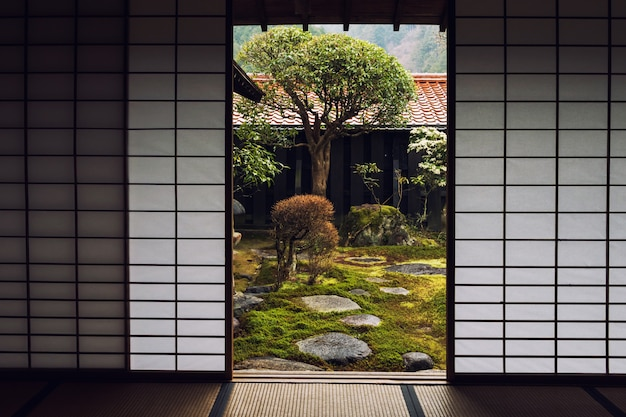 Drzwi japońskiego domu i piękny ogród Premium Zdjęcia