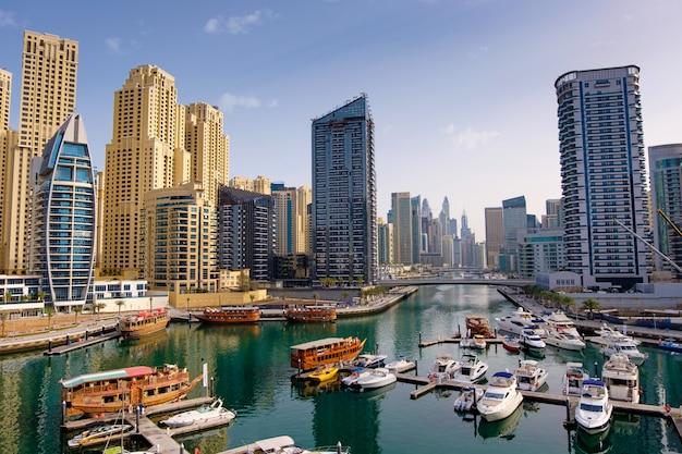 Dubai Marina Z łodzi I Budynków, Zjednoczone Emiraty Arabskie Premium Zdjęcia
