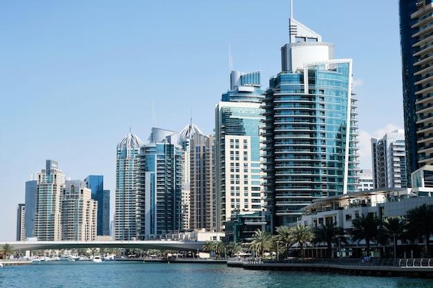 Dubaj pejzaż miejski z budynkami Premium Zdjęcia