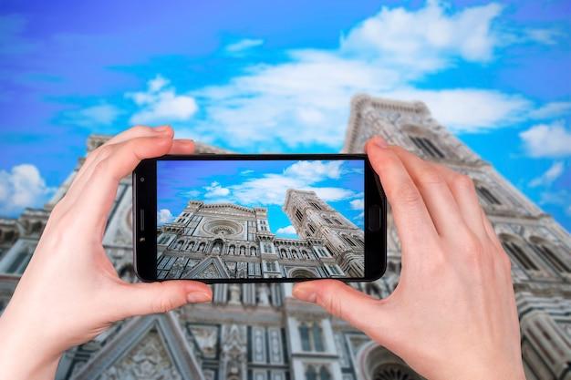 Duomo Santa Maria Del Fiore W Piazzale Michelangelo We Florencji, Toskania, Włochy. Turysta Robi Zdjęcie Premium Zdjęcia