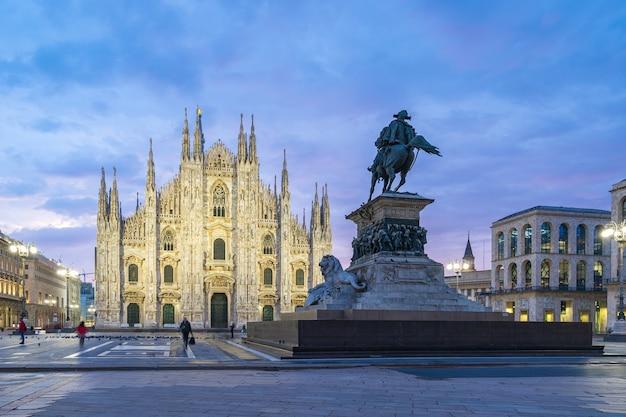Duomo W Mediolanie Z ładnym Niebem O Zmierzchu W Mediolanie We Włoszech. Premium Zdjęcia