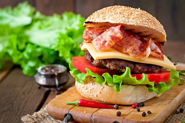 Duża Kanapka - Burger Hamburgerowy Z Wołowiną, Serem, Pomidorem I Smażonym Boczkiem Darmowe Zdjęcia