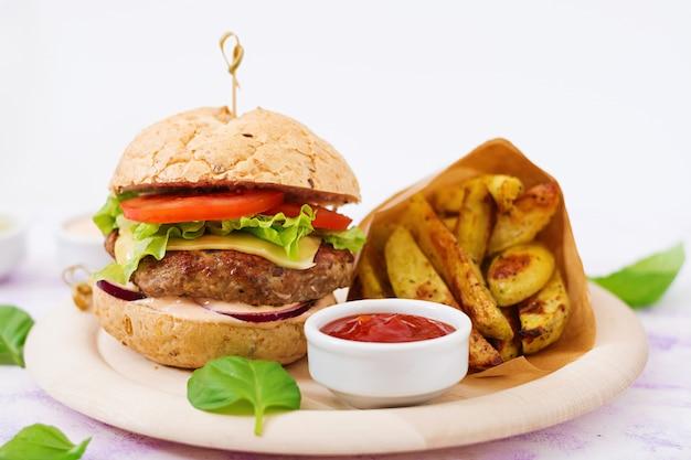 Duża Kanapka - Hamburger Z Soczystym Burgerem Wołowym, Serem, Pomidorem I Czerwoną Cebulą I Frytkami. Darmowe Zdjęcia