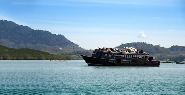 Duża łódź Transportuje Towary Przez Wyspę Premium Zdjęcia