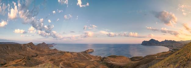 Duża Panorama Z Widokiem Na Koktebel, Cape Chameleon I Morze Czarne O Zachodzie Słońca. Krym Wschodnia Europa Premium Zdjęcia