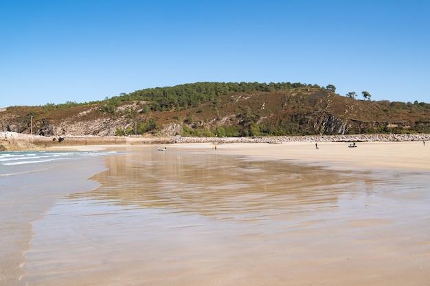 """Duża Piaszczysta Plaża W Miejscowości """"sables D'or Les Pins"""" W Bretanii Podczas Odpływu W Lecie Premium Zdjęcia"""
