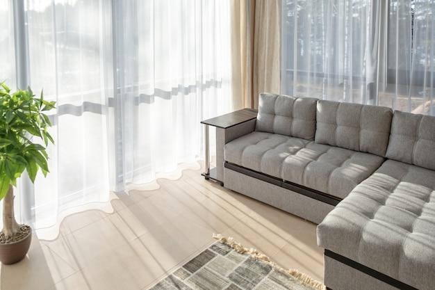 Duża Sofa I Duże Okna. Poranne światło Słoneczne Z Okien Premium Zdjęcia