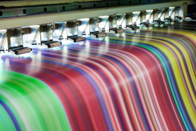 Duża Wielokolorowa Drukarka Atramentowa Pracująca Na Banerze Winylowym Premium Zdjęcia