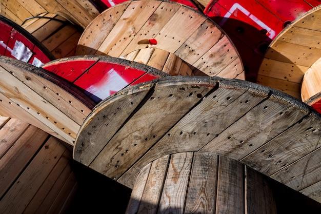 Duże Drewniane Szpule Kablowe, Przechowywane W Fabryce Kabli Elektrycznych. Premium Zdjęcia