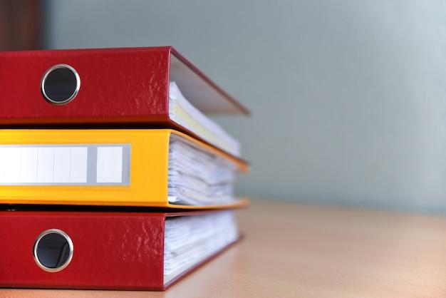 Duże Foldery Kolorów Dla Dokumentów Na Stole W Biurze, Zbliżenie, Kopia Przestrzeń Premium Zdjęcia
