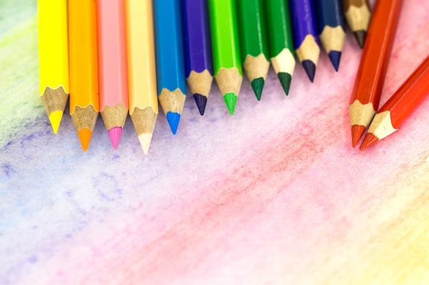 Duże Kolorowe Ołówki Zbliżenie Na Kolorowym Tle Z Kolorowymi Kredkami Darmowe Zdjęcia