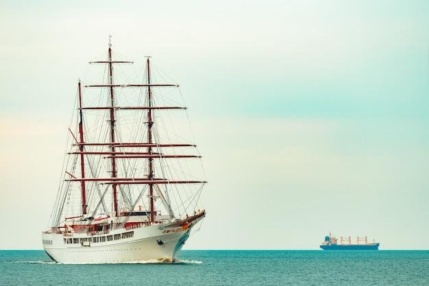 Duży Biały żaglowiec Z Trzema Masztami Płynący Do Portu W Rydze Premium Zdjęcia