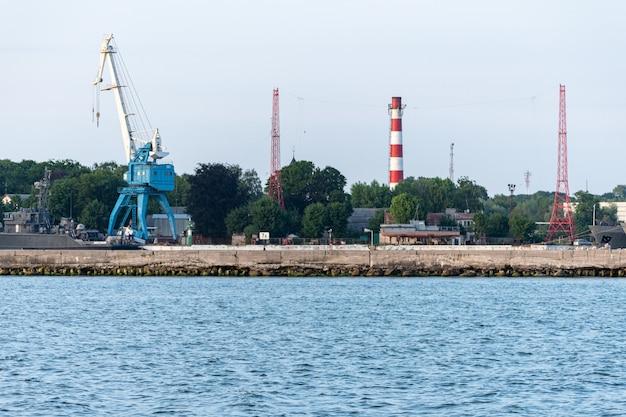 Duży Dźwig W Stoczni. Duże żelazne Statki Marynarki Wojennej W Stoczni Do Naprawy. Port Morza Niebieskiego Premium Zdjęcia