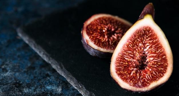 Duży Kąt Jesiennych Fig Na Pół Premium Zdjęcia