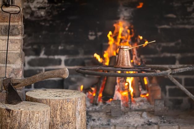 Duży Kominek Z Płonącym Ogniem I Turkiem W Którym Parzona Jest Kawa. Darmowe Zdjęcia