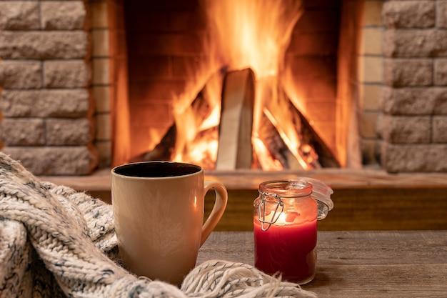 Duży kubek z gorącą herbatą i świeczką Premium Zdjęcia
