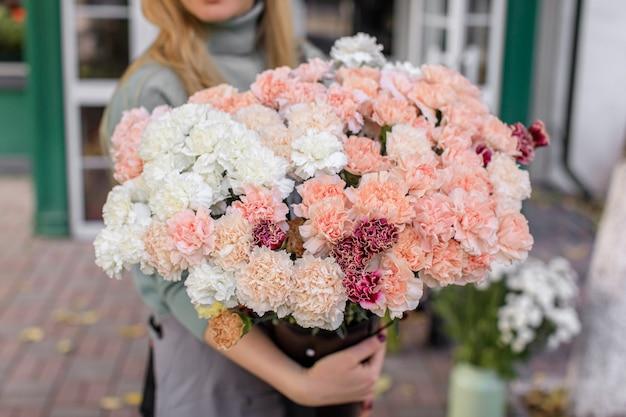 Duży Piękny Bukiet Mieszanych Kwiatów W Ręce Kobiety. Premium Zdjęcia