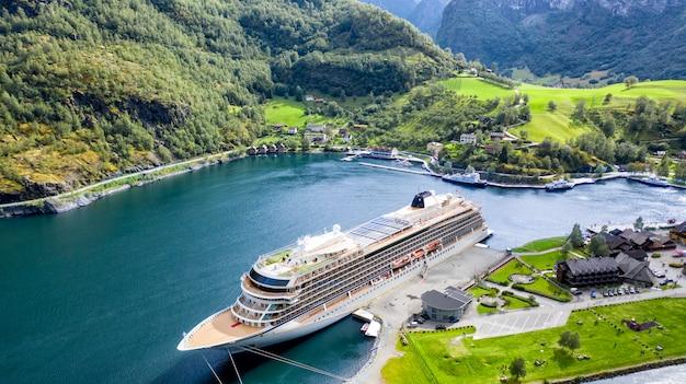 Duży statek pasażerski w zatoce. malownicza, piękna zatoka ze statkiem wycieczkowym. Premium Zdjęcia