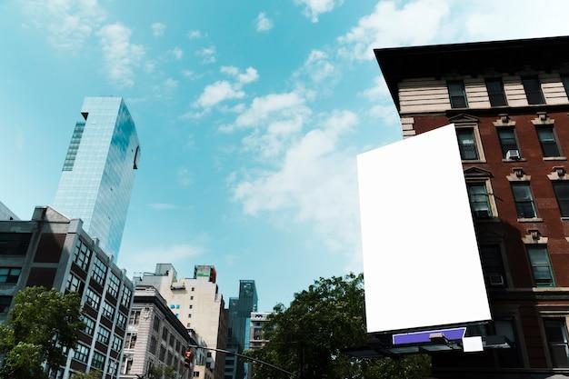 Duży szablon billboard na budynku w mieście Darmowe Zdjęcia