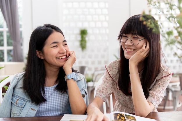 Dwa Azjatykci Uroczej ślicznej Dziewczyny Nastoletni Patrzejący Wpólnie Przyjaźni Lub Homoseksualnego Pojęcie. Premium Zdjęcia