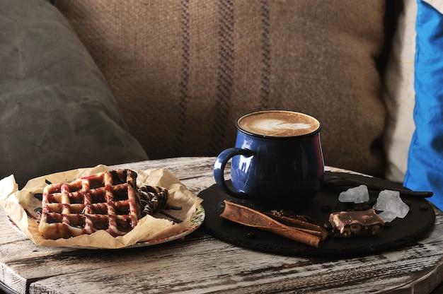 Dwa belgijskie gofry z dżemem malinowym, czekoladą i cappuccino Premium Zdjęcia