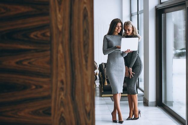 Dwa biznesowa kobieta z komputerem Darmowe Zdjęcia