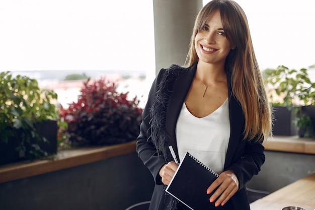 Dwa Bizneswomanu Pracuje W Kawiarni Darmowe Zdjęcia
