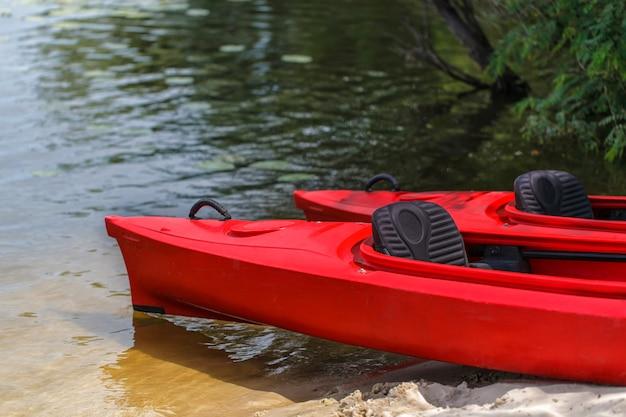 Dwa Czerwone Kajaki Na Plaży. Premium Zdjęcia