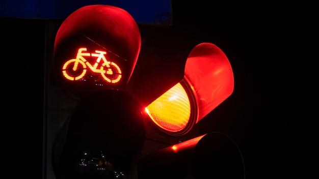 Dwa Czerwone światła Drogowe Z Logo Roweru Na Jednym W Nocy W Bukareszcie, Rumunia Darmowe Zdjęcia