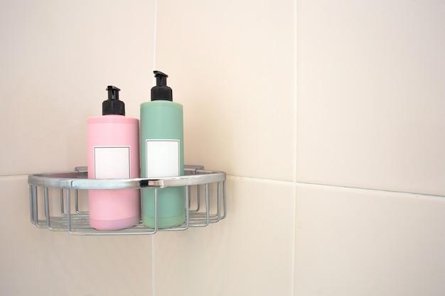 Dwa Dozowniki Mydła W Pastelowych Kolorach W Kabinie Prysznicowej Przy ścianie Wyłożonej Kafelkami Premium Zdjęcia
