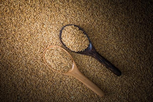 Dwa Drewniane Kadzi Na Tle Ryżu Niełuskanego, Tło Natury Premium Zdjęcia