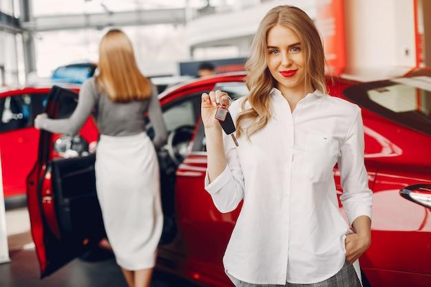Dwa Eleganckiej Kobiety W Samochodowym Salonie Darmowe Zdjęcia