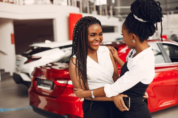 Dwa eleganckiej murzynki w samochodowym salonie Darmowe Zdjęcia