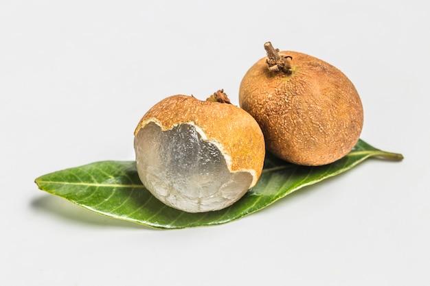 Dwa Kawałki Owoców Na Zielony Liść Darmowe Zdjęcia