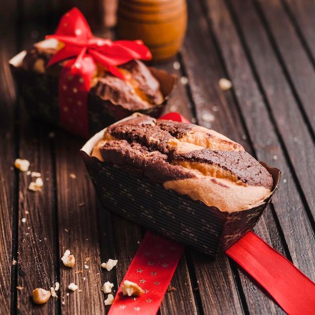Dwa Koloru Małego Brownies Na Drewnianym Stole Darmowe Zdjęcia