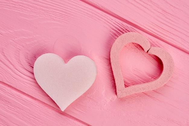Dwa Kształty Serca Na Różowym Drewnie. Pumeks Serca Na Kolorowe Tło Drewniane. Projekt Wakacje Walentynki. Premium Zdjęcia