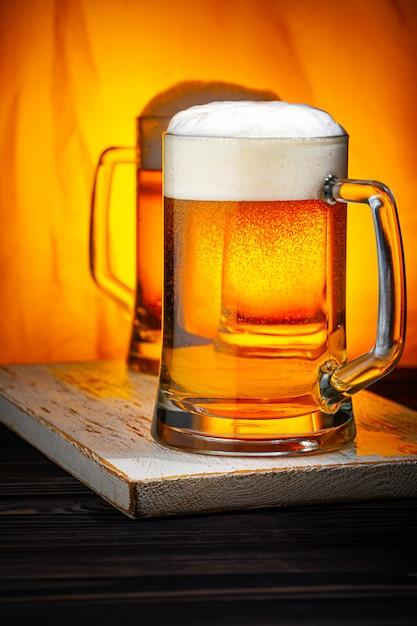 Dwa Lekkie Kufle Do Piwa Z Białą Pianką Premium Zdjęcia