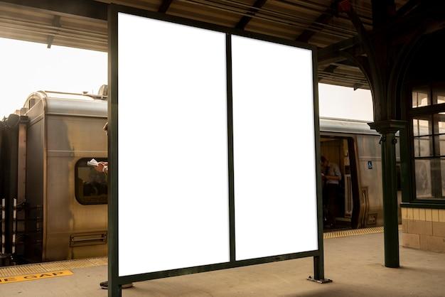 Dwa makiety billboardów na dworcu kolejowym Darmowe Zdjęcia