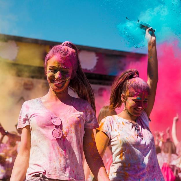 Dwa Młodej Kobiety Zakrywającej Z Holi Koloru Tanem W Holi Festiwalu Darmowe Zdjęcia