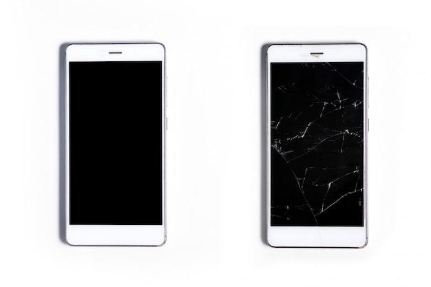 Dwa Nowoczesne Smartfony Dotykowe. Całość Z Ekranem Potłuczonego Szkła, Na Białym Tle Premium Zdjęcia