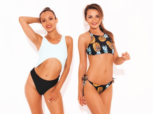 Dwa Pięknej Seksownej Uśmiechniętej Kobiety W Pływackiej Bieliźnie. Modne Gorące Modele Zabawy. Dziewczyny Na Białym Tle Darmowe Zdjęcia