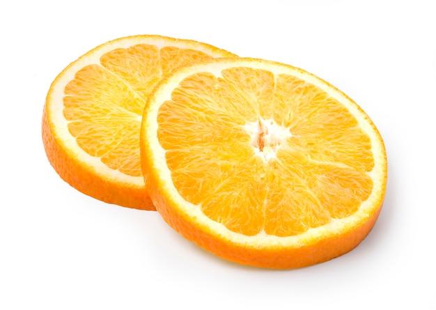 Dwa Plasterki Pomarańczy Na Białym Tle Premium Zdjęcia