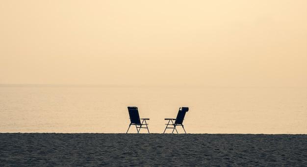 Dwa Puste Krzesła Na Plaży Premium Zdjęcia