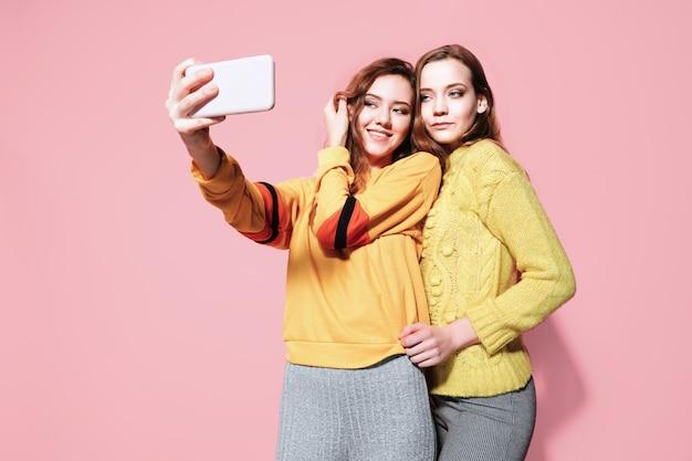 Dwa Rozochoconej Młodej Kobiety Opowiada Selfie Premium Zdjęcia