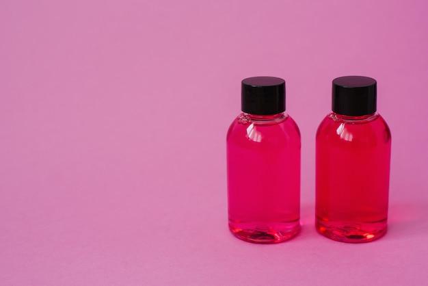 Dwa Różowe Do Kosmetyków Do Pielęgnacji Ciała, Twarzy Lub Włosów Premium Zdjęcia