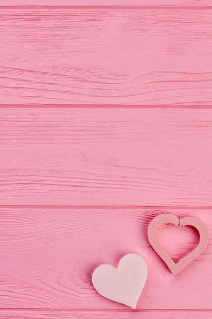 Dwa Serca I Miejsce Na Kopię Na Górze. Dwa Różowe Serca Na Różowym Tle Drewnianych, Miejsca Na Tekst. Szczęśliwych Walentynek. Premium Zdjęcia