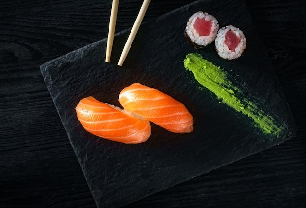 Dwa sushi z łososiem na kamieniu Premium Zdjęcia